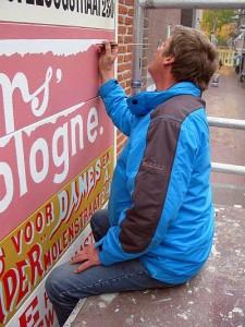 Muurreclame Hoogstraat schilder Bart Oost close-up foto Bart van Aller Resized