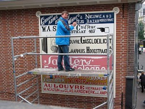 Muurreclame Hooogstraat Schilder op steiger Foto Bart van Aller Resized